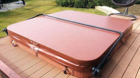 Canadian Spa International® terasa se zapuštěnou venkovní vířivkou Delphina New