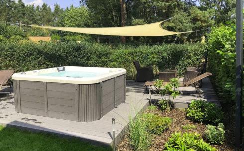 Intimní venkovní vířivka Canadian Spa International® - luxusní relaxace v v soukromí vlastní zahrady - Spa Studio