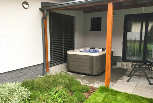 Outdoor jacuzzi on the terrace - model Corall, Canadian Spa International® - Spa Studio