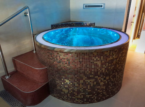 Canadian Spa International® round outdoor hot tub Enna - Spa Studio