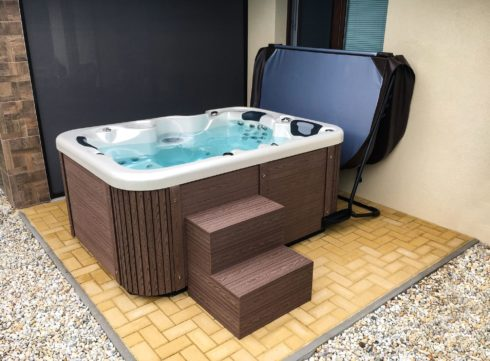 Canadian Spa International® Corall outdoor jacuzzi on the terrace - Lacan sheathing, thermal cover holder - Spa Studio