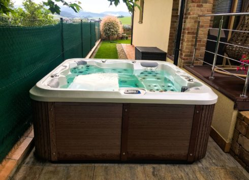 Family whirlpool Delphina Royal Vision - Canadian Spa International® - Spa Studio. It can look aesthetically on your terrace too.