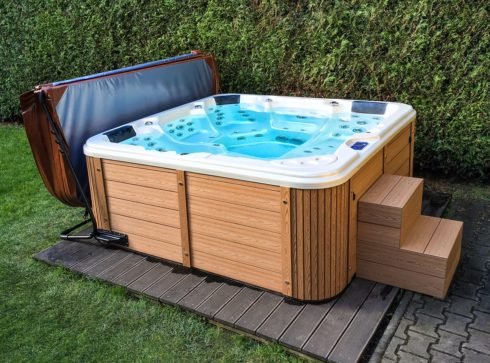 Family whirlpool Delphina New by Canadian Spa International® for a year-round outdoor use - Spa Studio