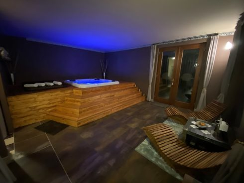 Massage whirlpool Canadian Spa International® - wellness hot tub - Spa Studio