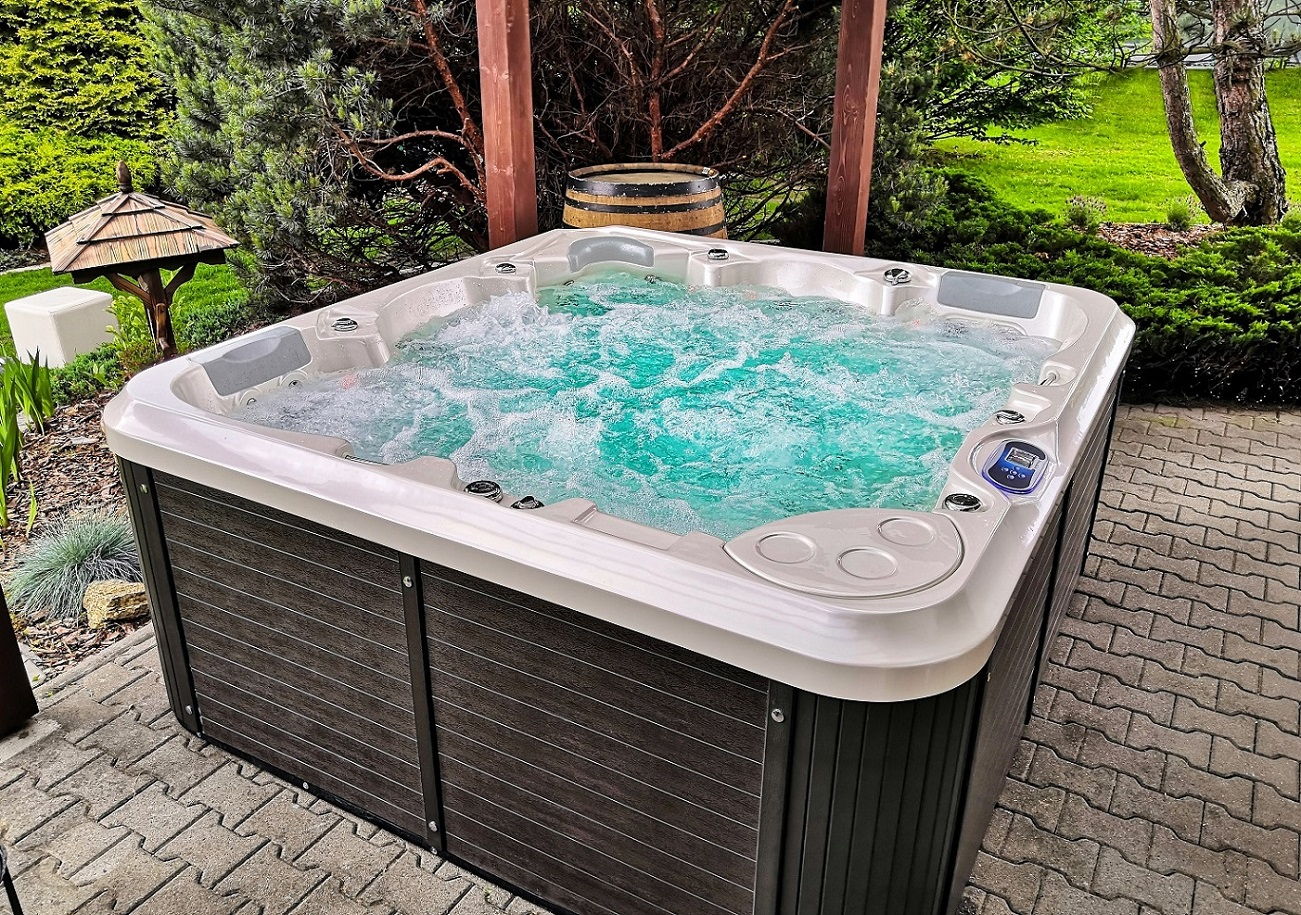 Spa Studio - whirlpools by Canadian Spa International® family jacuzzi Delphina New