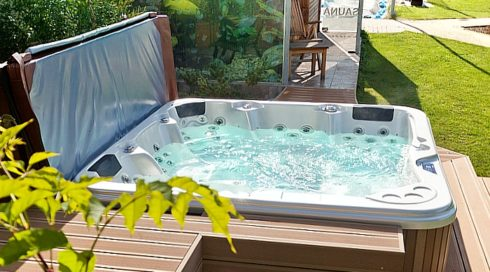 Luxusní venkovní vířivky Delphina na terasu Canadian Spa International® - showroom Spa Studio Praha 6
