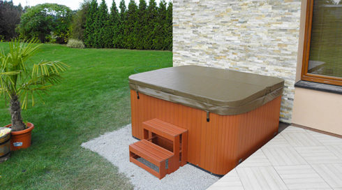 Canadian Spa International® - Intimate smart hot tub in the garden - model Puerla - Spa Studio