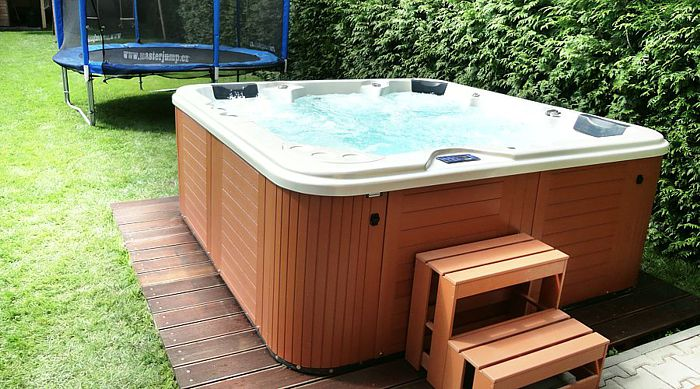 Family whirlpool on the garden Delphina Canadian Spa International®